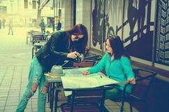 2 женщины сидя на таблице на улице Стоковое Изображение