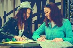 2 женщины сидя на таблице на улице Стоковые Изображения RF