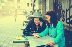 2 женщины сидя на таблице на улице Стоковая Фотография RF