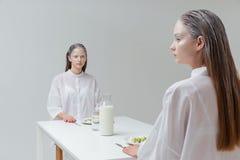 2 женщины сидя на таблице с едой Стоковая Фотография RF