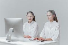 2 женщины сидя на таблице с компьютером, ПК Стоковое фото RF