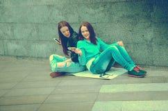 Женщины сидя на улице Стоковые Фотографии RF