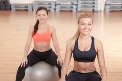 2 женщины сидя на шарике для фитнеса Стоковое Изображение