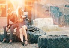 2 женщины сидя на wheells тележки подсвеченных Стоковое фото RF