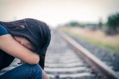 Женщины сидя плакать самостоятельно стоковые изображения