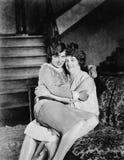 2 женщины сидя совместно на другом подол (все показанные люди более длинные живущие и никакое имущество не существует Warranti по Стоковое Изображение