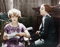 2 женщины сидя совместно работать (все показанные люди более длинные живущие и никакое имущество не существует Гарантии поставщик Стоковые Фотографии RF