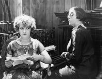 2 женщины сидя совместно работать (все показанные люди более длинные живущие и никакое имущество не существует Гарантии поставщик Стоковое Изображение