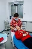 Женщины скидки Нового Года доктора девушки зубов дантиста детей офиса обработки клиника малой предназначенной для подростков крас Стоковое Фото