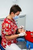 Женщины скидки Нового Года доктора девушки зубов дантиста детей офиса обработки клиника малой предназначенной для подростков крас Стоковые Фотографии RF
