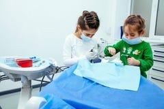 Женщины скидки Нового Года доктора девушки зубов дантиста детей офиса обработки клиника малой предназначенной для подростков крас Стоковая Фотография