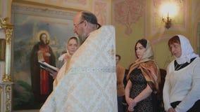 Женщины слушают священника видеоматериал