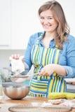 женщины смешивают ингредиенты торта в нержавеющем шаре i стоковое фото rf