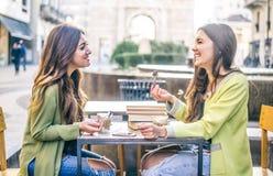 Женщины смеясь над в баре Стоковая Фотография RF