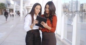2 женщины смеясь над на планшете Стоковое Изображение