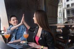 Женщины смеясь над пока отдыхающ outdoors Стоковые Фотографии RF