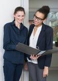 2 женщины смотрят файл Стоковые Изображения