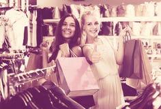 2 женщины смотря возбужденный и нося много бумажных сумок в fashio Стоковые Изображения RF