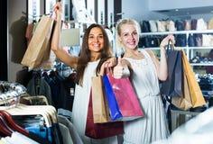 2 женщины смотря возбужденный и нося много бумажных сумок в fashio Стоковое Изображение RF