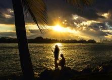 2 женщины смотря заход солнца Стоковые Изображения RF