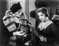 2 женщины смотря изображение в картинной рамке (все показанные люди более длинные живущие и никакое имущество не существует Warr  Стоковое Изображение RF