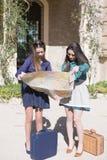 2 женщины смотря карту в солнечном свете Стоковое Изображение RF