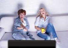 Женщины смотря комедию фильма Стоковое Фото