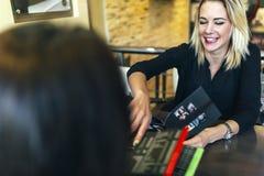 2 женщины смотря меню Стоковые Фото