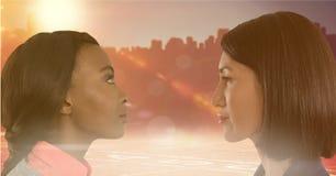 Женщины смотря один другого с солнцем в предпосылке Стоковое фото RF