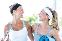 Женщины смотря один другого и усмехаться Стоковые Изображения