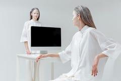 Женщины смотря один другого около таблицы Стоковое Фото