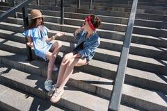 2 женщины смотря один другого с недоразумением Стоковое Фото