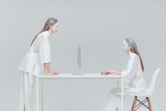 2 женщины смотря один другого Стоковое Фото
