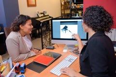 Женщины смотря рояль изображения на экране компьютера Стоковые Фотографии RF