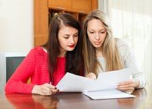 Женщины смотря финансовые документы Стоковые Изображения RF