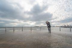 Женщины снимая волны на Чёрном море Стоковая Фотография