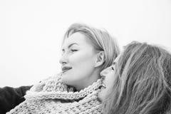 2 женщины снимая, день облака, внешний Стоковые Изображения