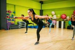 Женщины собирают на разминку фитнеса, аэробную Стоковое фото RF