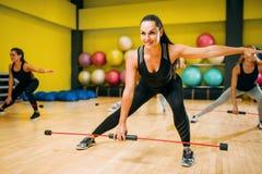 Женщины собирают работать на тренировке фитнеса Стоковые Фото