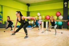 Женщины собирают работать на тренировке фитнеса Стоковые Изображения