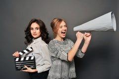 2 женщины сообщают о начале стрельбы Стоковые Изображения RF