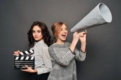 2 женщины сообщают о начале стрельбы Стоковые Изображения