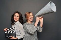 2 женщины сообщают о начале стрельбы Стоковые Фото