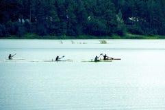 Женщины состязаются в rowing на каяках Стоковое Изображение RF