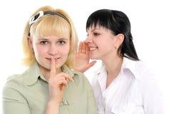 женщины сплетни слушая молодые Стоковые Изображения RF