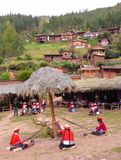 Женщины сплетя outdoors в горном селе Стоковые Изображения RF