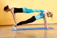 2 женщины спорт делают йогу Стоковые Изображения RF