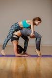 2 женщины спорт на половике Стоковое Изображение