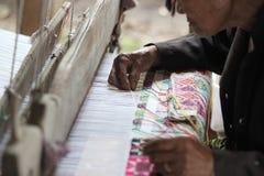 Женщины сплетя картину хлопка, традиционных и старого Стоковое фото RF
