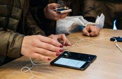 Женщины сравнивают iPhone x Стоковые Изображения
